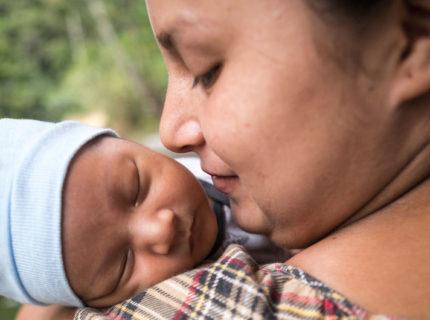 El coronavirus golpea tres veces a la mujeres: por la salud, por la violencia doméstica y por cuidar de los otros
